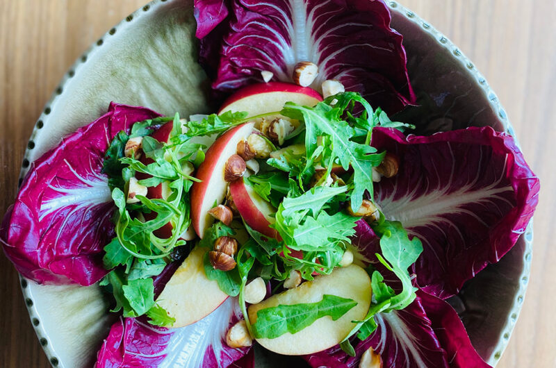 Salata od cikorije i rukole sa jabukom i tostiranim lešnicima